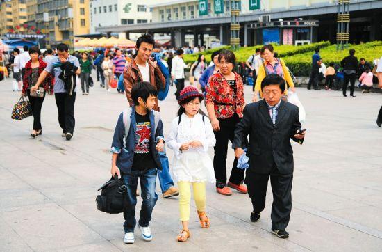 车站站前广场,不少人注意到了朱洁和秦学士。