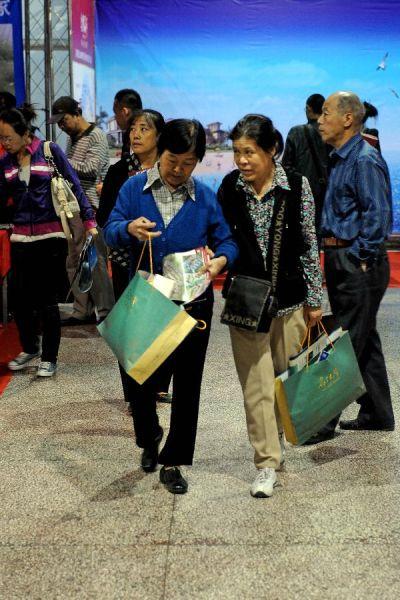 9月14日,在2012太原秋季房展会上,两名市民正在搜罗传单。