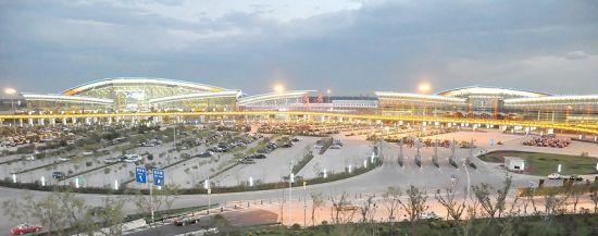 九月的太原机场,天高云淡、鲜花盛开,文化景观随处可见。夜幕降临,机场内外又是一片灯光璀璨、流光溢彩。作为年输送旅客近700万人次的现代化国际空港,太原机场不仅确保了中外旅客的安全抵离,它别具特色的花园和人文景观,更是让大家印象深刻,恋恋不舍。   山西省民航机场集团公司从2010年起,先后投资6000多万元对太原机场进行了三期景观改造,以期打造为魅力山西的窗口。今年更是重点实施了航站楼夜景灯光工程、国际厅文化长廊建设和停车场综合改造。1、2号航站楼外侧共安装了 3800多盏 LED点光源和1500多