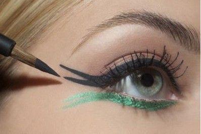 用黑眼线笔沿着眼睛内侧勾勒眼线