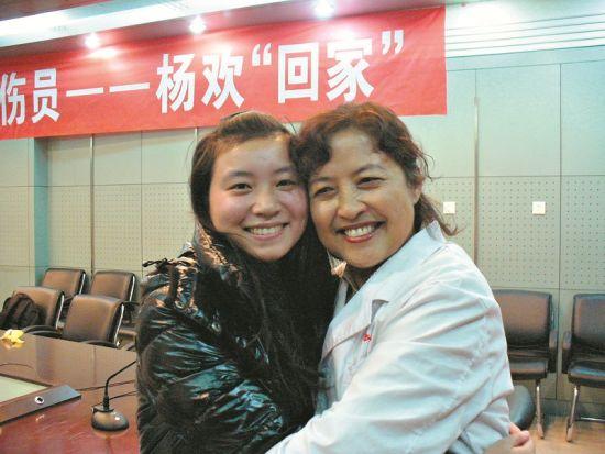 再次来到太原,杨欢与医护人员拥抱在一起