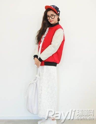 红白拼接色棒球外套内搭白色连身长裙和红色棒球帽