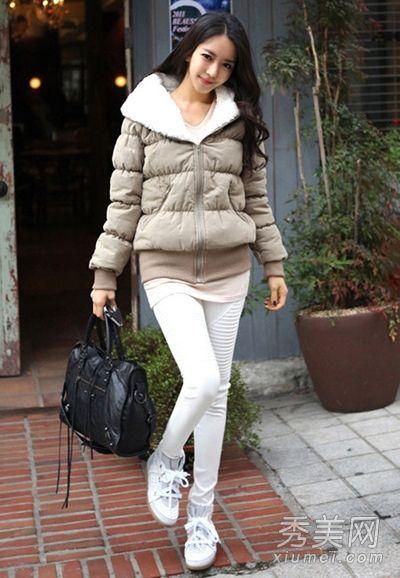 厚棉服外套搭配白色紧身裤配上配色短靴
