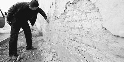 一排平房有的外墙墙皮脱落