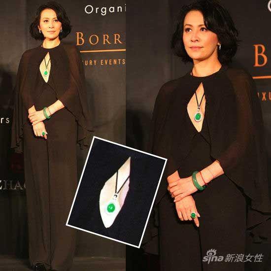 真空黑纱裙搭配绿宝石首饰