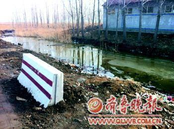 山东高密幼儿园临时校车翻入水沟致2死5伤