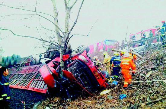 运煤车翻出路面驾驶员遇难