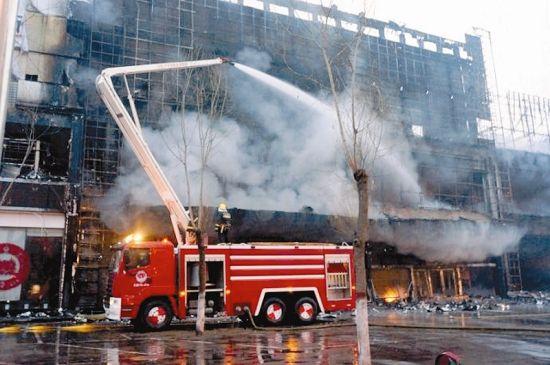图为消防官兵救援现场。