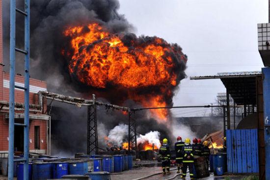 贵阳一化工厂火灾致5人受伤近3万人转移