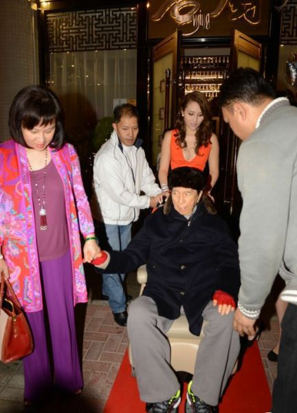 91岁赌王现身女儿生日宴