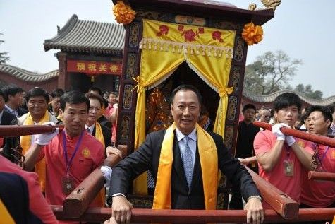 郭台铭亲自抬轿恭请关公圣像赴台湾巡游
