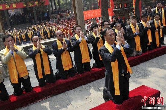 图为台湾鸿海精密集团董事长郭台铭率领台湾信众拜请关公圣像