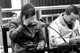 4月1日,衡阳市中级人民法院,张明(化名,右)对自己的行为十分懊悔,他母亲在旁边用手抹泪。