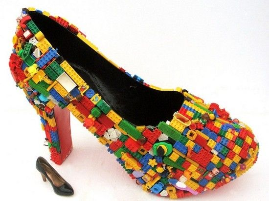乐高积木,色彩丰富而且极具立体感,看上去似乎是真实的鞋子外面黏上了
