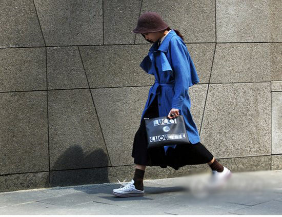 惹眼动物图纹街拍晃亮首尔时装周