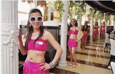 4月12日,长沙金香鲍国际美食总汇自助餐厅,女服务员都开始穿着性感的比基尼工作。实习记者 唐俊 摄