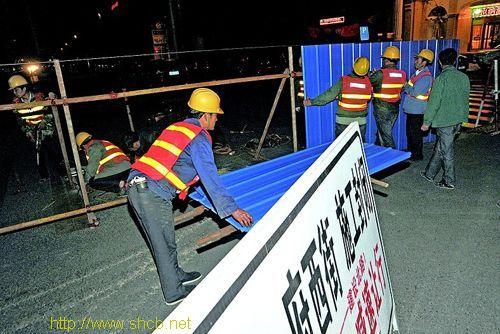 4月15日零时许,市政工人对省城府东街、府西街各路口进行封闭。记者 马俊明 摄