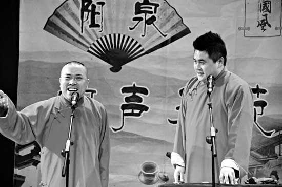 王学刚(右)和李勇在小剧场演出