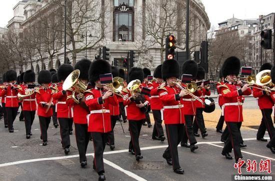 4月17日,英国政府为前首相撒切尔夫人举行隆重的葬礼,英国女王伊丽莎白二世、首相卡梅伦及来自世界各地的政要出席葬礼。图为英国皇家乐队奏乐护送撒切尔夫人灵柩。周兆军 摄