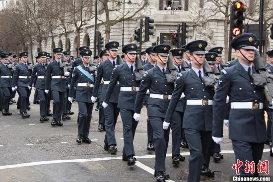 4月17日,英国政府为前首相撒切尔夫人举行隆重的葬礼,英国女王伊丽莎白二世、首相卡梅伦及来自世界各地的政要出席葬礼。图为英国皇家空军护送撒切尔夫人灵柩。周兆军 摄