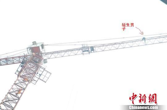 图为男子在40米高塔吊上不敢移动。 谭世龙 摄