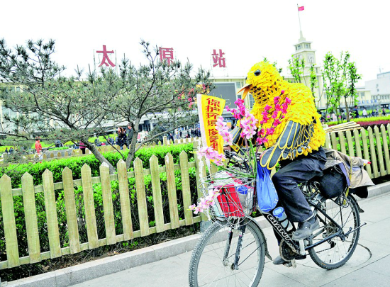 """南京""""鸟叔""""骑车到太原宣传环保(图)"""