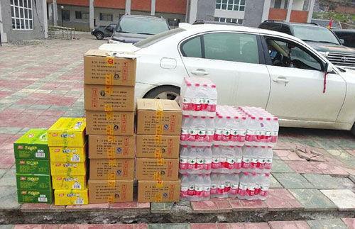 李晓军的宝马车上装满了为灾区人民准备的食物