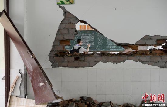 4月21日,四川省雅安市宝兴县灵关镇灵关中学教室在地震中受损严重。中新社发 廖攀 摄