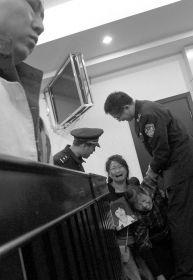 4月25日,浏阳,叶江年故意杀人案庭审现场,家属抱着死者遗像痛哭。遗像中的宋会文留着短发,面带微笑。图/记者刘有志