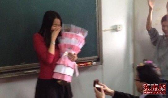 大学美女老师教室被求婚