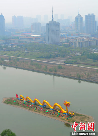 4月27日,山西太原汾河景区的中国巨龙装饰一新。韦亮 摄