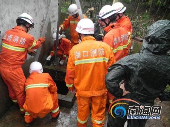 消防官兵在事发现场,展开救援(通讯员林宇摄)