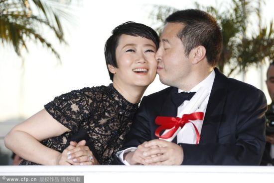 贾樟柯获奖与妻子赵涛甜蜜亲吻