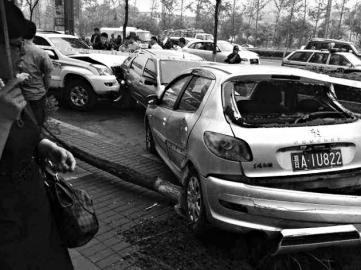 现场多辆车被撞,有些车甚至被挤成了一团 刘江 摄