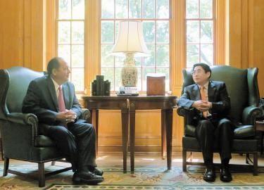 5月30日,山西代表团团长袁纯清会见美国西弗吉尼亚州州长艾尔·汤姆林。 本报通讯员摄