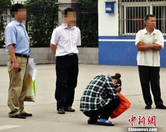 弃考学生的妈妈急得蹲在抱头痛哭。(张建设 摄)