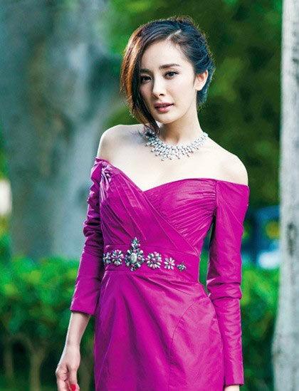 Look 2:杨幂——紫红色抹胸裙