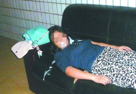 女子横躺在沙发上口吐白沫。通讯员 康睿 记者 吴珊 摄
