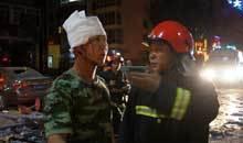 消防战士在简单包扎后返回现场进行搜救