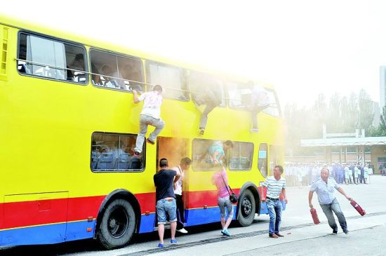 """双层公交车起火,""""乘客""""利用方法逃生。晨报记者 高万军 通讯员 王文华 摄影报道"""