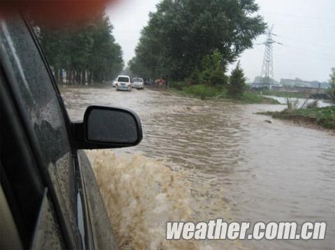 20日下午,忻府区碌家庄乡道路积水。(摄影:郑秀文)