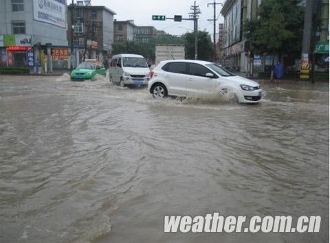 20日,积水导致车辆行驶缓慢。(摄影:郑秀文)