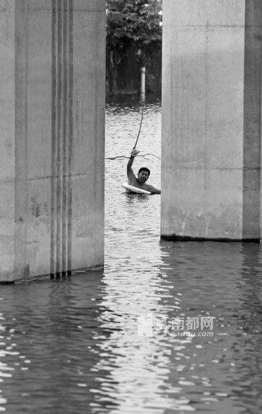 昨日下午,男子跳河后,打捞人员现场搜救。南都记者 陈伟斌 摄