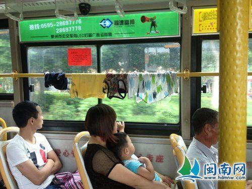 """衣服就晾在公交车内横杆上(网友""""六月弍六""""供图)"""