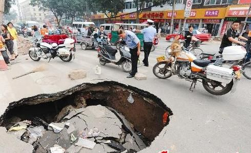 塌陷道路旁,交警紧急疏导交通