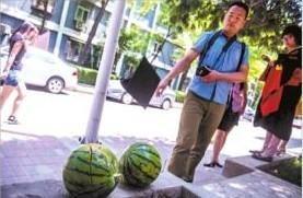 一名毕业生,将自己的学士帽抛向西瓜。