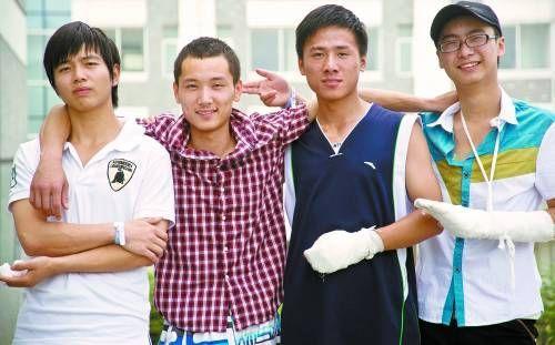 6月30日,勇斗歹徒、解救人质的安徽合肥职业学院4名大学生在一起合影