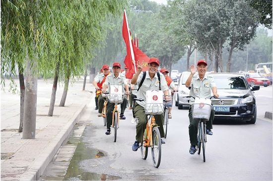 老党员骑车宣传低碳环保