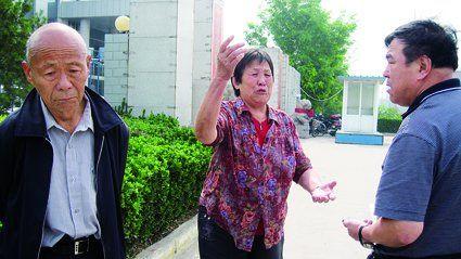 李文浩的父母与辩护人在临汾市检察院门外讲述案情