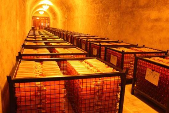 戎子酒庄得天独厚的地理位置,打造出世界第一个黄土窖贮藏红酒方式,天然赋予神奇,加上黄土窖里面在特定时间放有音乐,这样特色葡萄酒贮藏让戎子酒更加美味。
